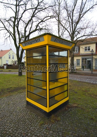 vecchio telefono pubblico nel quartiere di