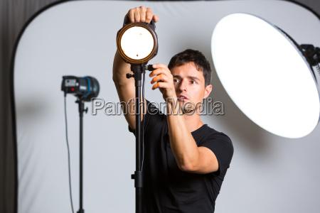 giovane fotografo professionista nel suo studio