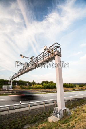 camion che passa attraverso un cancello