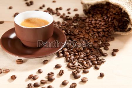 una tazza di caffe e fagioli