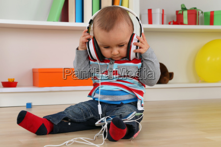bambino durante lascolto di musica in