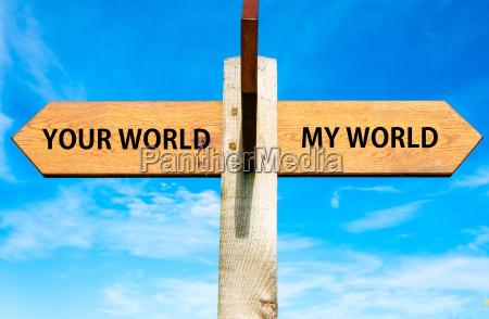 cartellone in legno vuoto con due