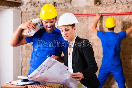 architetto e operaio edile in cantiere