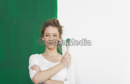 donna con pennello verde