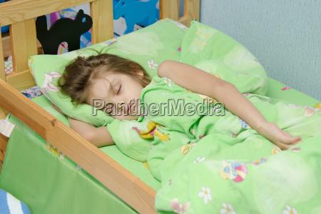 ragazza di sei anni che dorme
