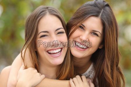 due amiche che ridono con un