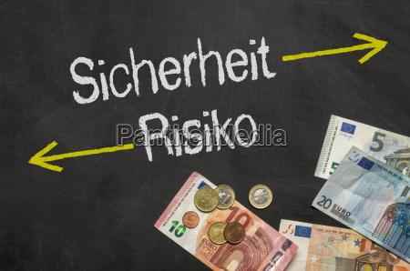 tabella con denaro sicurezza e