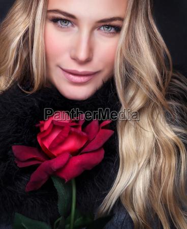 donna fiore rosa ritratto sexy croccante