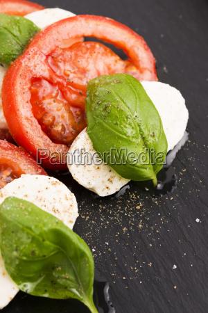 insalata caprese con mozzarella pomodoro basilico
