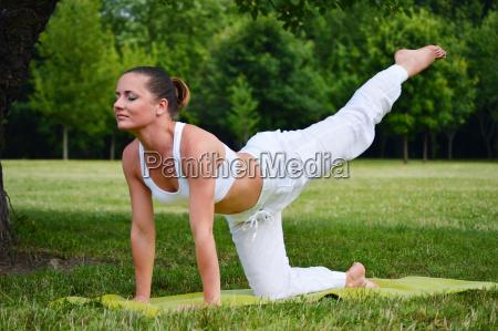 giovane donna durante la meditazione yoga