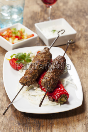 spiedini di kebab con peperoni grigliati