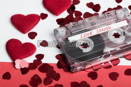 cassetta audio su sfondo rosso con