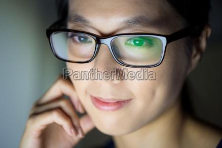donna guardare lo schermo del computer