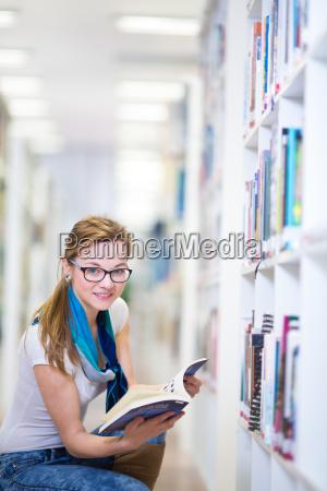 grazioso studente di college femminile in