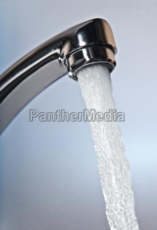 acqua corrente dal rubinetto