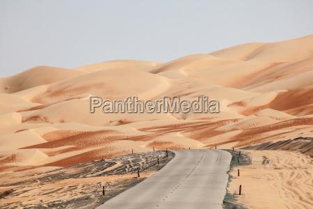 strada attraverso il deserto nella zona