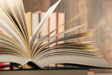 composizione con libro copertina rigida nella