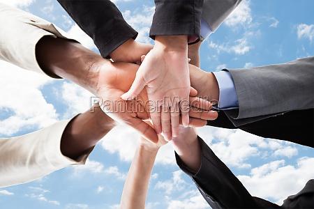 uomini daffari accatastamento mani