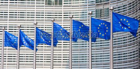 bandiera europea di fronte al palazzo