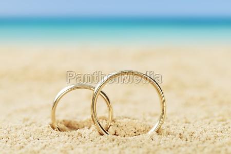 anelli di nozze su sabbia