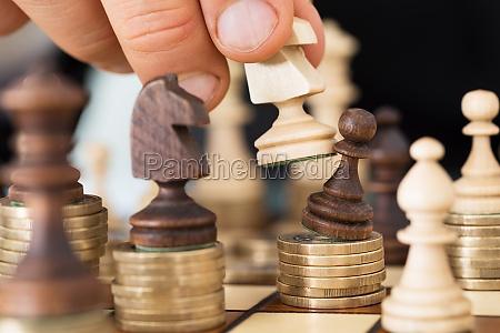 mano giocando a scacchi impilati sulle