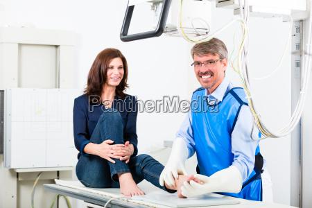 medico a raggi x della gamba