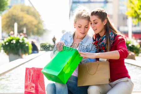donne shopping con borse della spesa