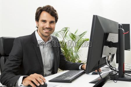 giovane imprenditore di successo indossando tuta