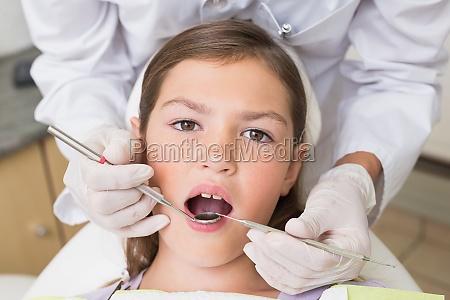 dentista pediatrico esaminando un denti dei