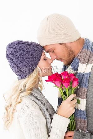 interessante coppia in abbigliamento tenendo caldi