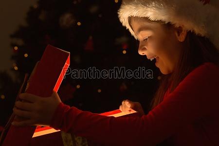 bambina che apre un magico regalo