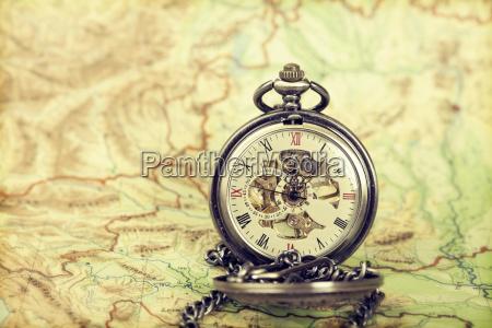 orologio vintage sulla mappa antica