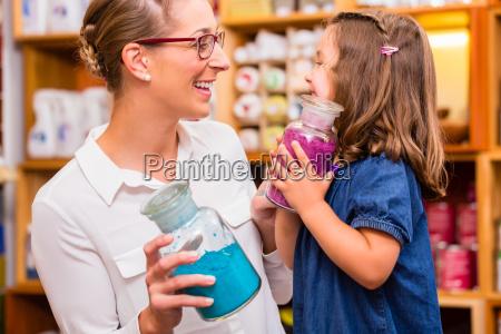 famiglia con colori nel negozio
