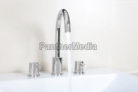 moderno lavandino rubinetto acqua potabile acqua