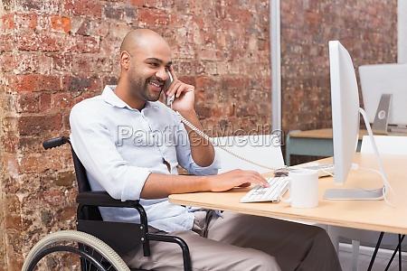 uomo daffari in sedia a rotelle