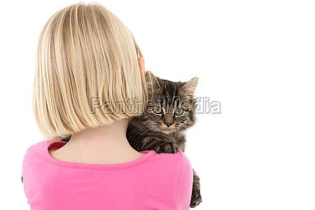 cute ragazza che tiene gattino grigio
