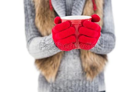 donna in abiti invernali in possesso