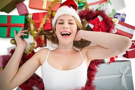 donna sorridente che pone sul pavimento