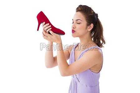 elegante bruna baciare una scarpa