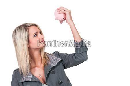 donna che tiene porcellino salvadanaio