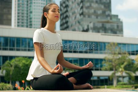 relax donna di affari di yoga