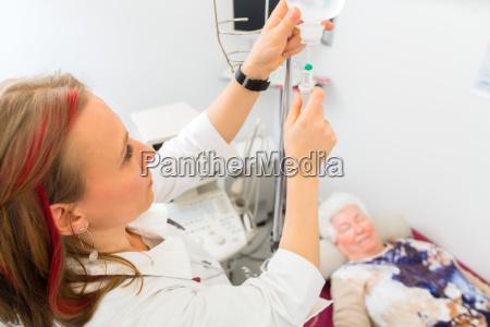 dottore medico grembiule laureato donna caucasico