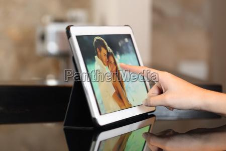 mano con un tablet che guarda