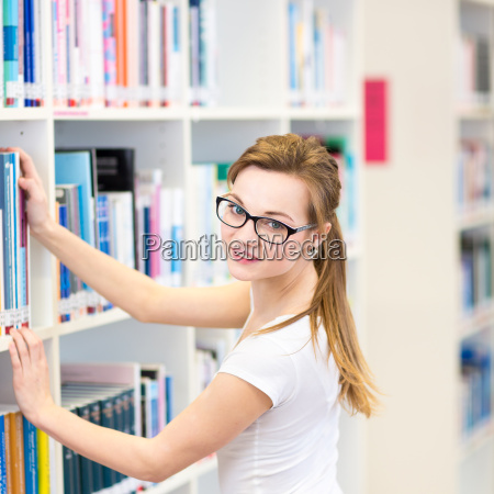 bella studentessa universitaria in una biblioteca