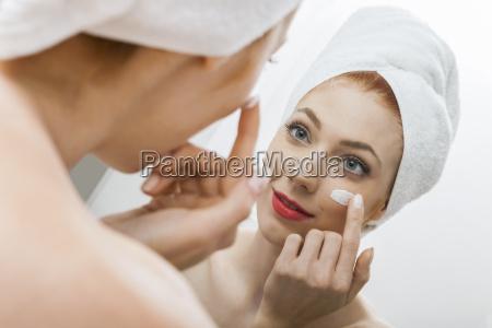 donna igiene la cura del corpo