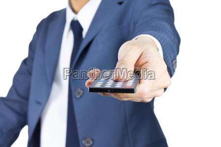 uomo daffari con telecomando isolato su