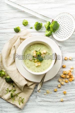 zuppa brokcolic fresca con crostini