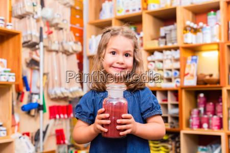 bambino con pigmenti di colore nel
