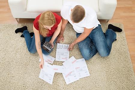 coppia con le fatture e calcolatore