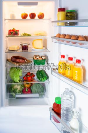 frigorifero aperto pieno di cibo